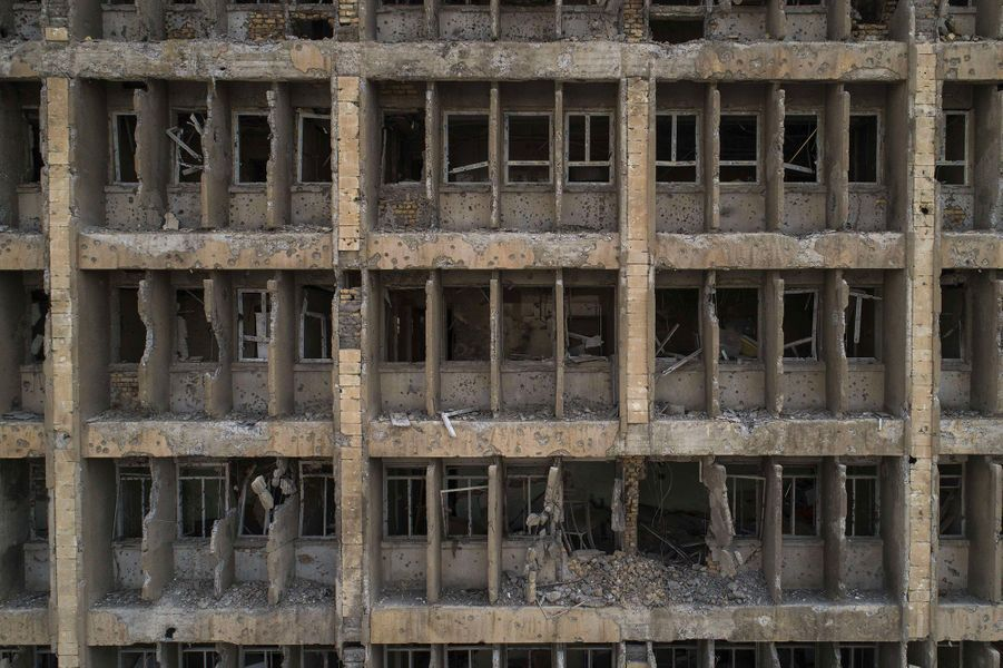 Vue de la façade du plus grand hôpital de Mossoul, complètement ravagée par les frappes.