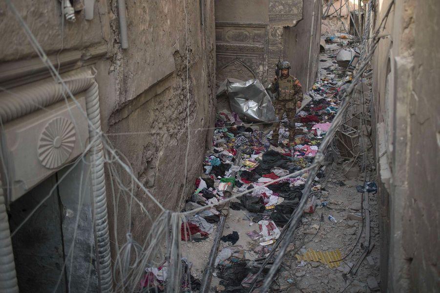 Des vêtements abandonnés sur un tas de ruines.