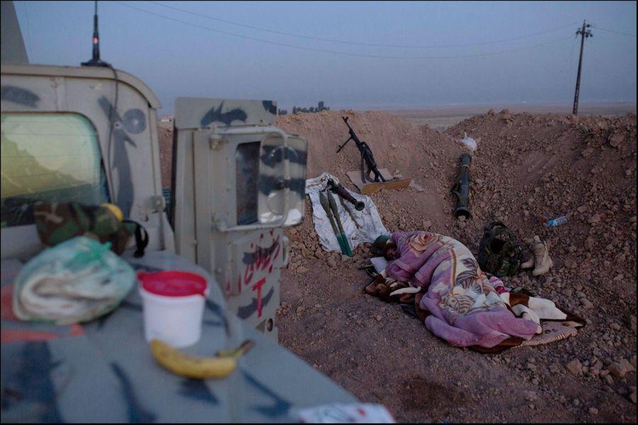 Des tranchées défensives protègent cette position avancée sur le front de Naweran, tenu par les zeravani, les forces armées du Kurdistan irakien.