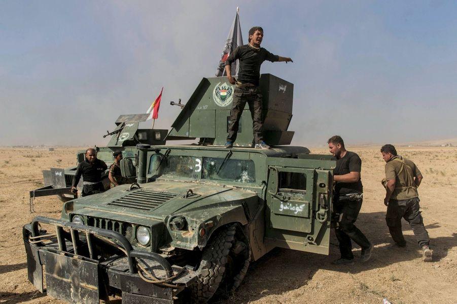 Ce 20 octobre, une voiture piégée vient d'exploser près de cette colonne kurde.