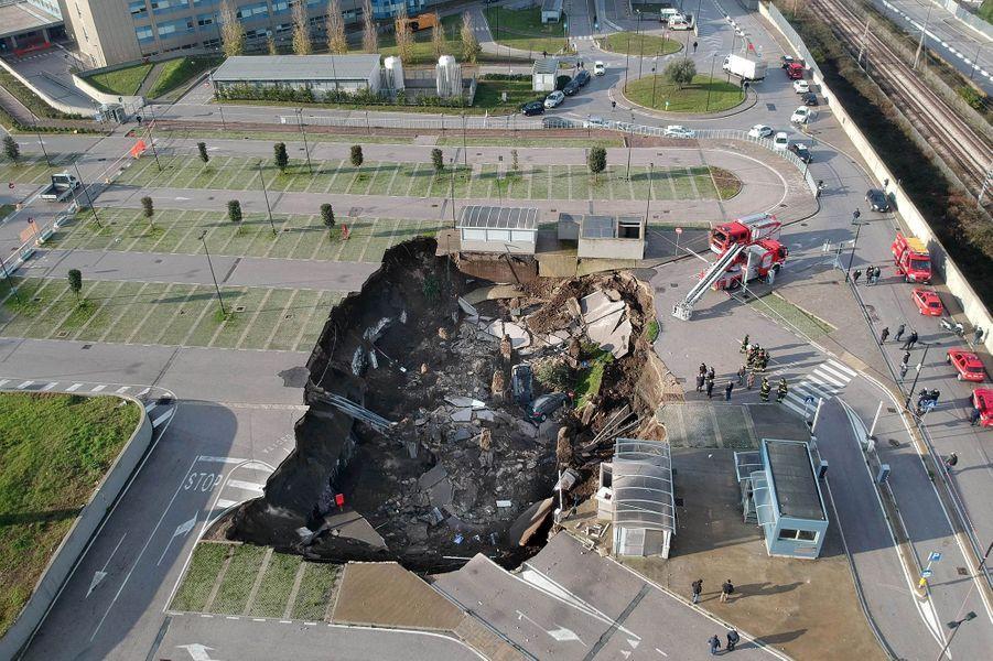 Un gouffre énorme s'est ouvert vendredi matin dans le parking d'un hôpital de Naples, dans le sud de l'Italie.