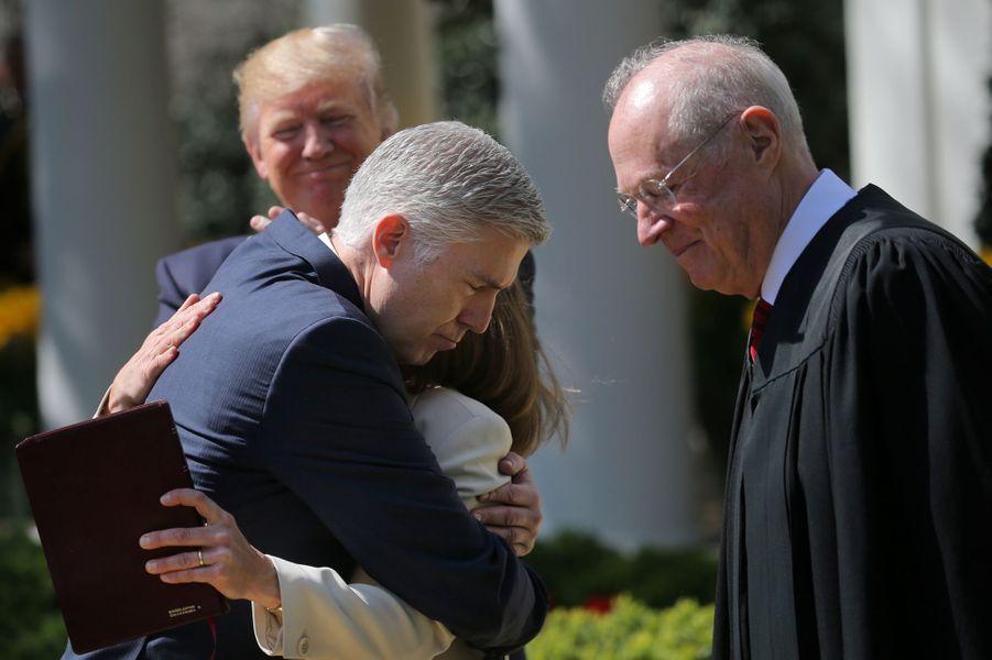 Donald Trump, Anthony Kennedy, Neil Gorsuch et son épouse Marie-Louise à la Maison Blanche, le 10 avril 2017.
