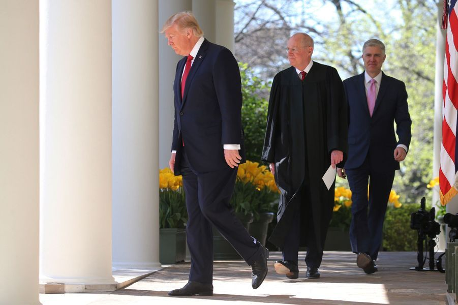 Donald Trump, Anthony Kennedy et Neil Gorsuch à la Maison Blanche, le 10 avril 2017.