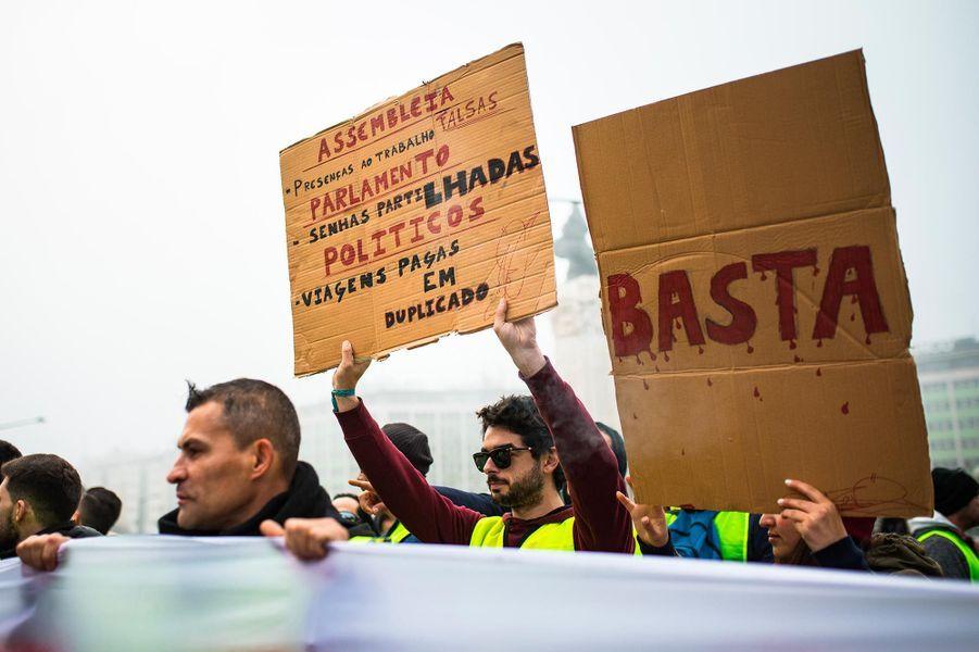 """Manifestation de """"gilets jaunes"""" à Lisbonne, au Portugal, le 21 décembre 2018."""