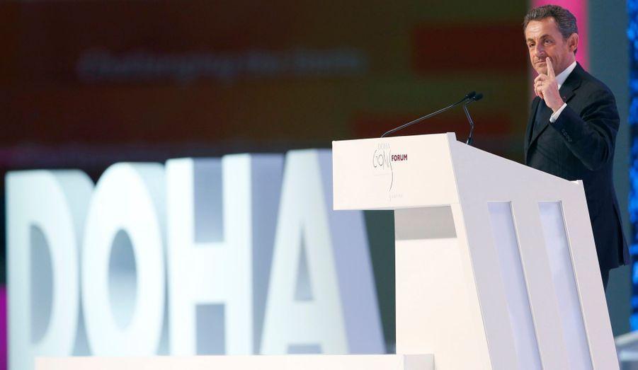 """L'ancien président a tenu son premier discours officiel depuis son départ de l'Elysée. Nicolas Sarkozy était à Doha, pour l'ouverture du premier forum entièrement dédié au sport, Doha Goals, au Qatar. """"Quels sont les évènements qui font vibrer de la même façon un écolier qatari, un étudiant chinois, un jeune Africain et un Européen ? C'est le sport"""", a notamment affirmé Nicolas Sarkozy dans son discours. """"Ici, à Doha, dans cette région du monde, se déroule sous nos yeux une partie absolument décisive au Qatar. Comment concilier l'identité et la modernité, l'une des questions les plus difficiles du 21e siècle? Comment concilier fidélité à l'islam, à votre culture, à votre tradition et à votre foi et en même temps l'ouverture à la modernité du 21e siècle?"""", a-t-il poursuivi. Le forum est organisé par Richard Attias, le nouveau mari de l'ex-épouse de Nicolas Sarkozy. Bien que tous trois présents, ils se sont soigneusement évités."""