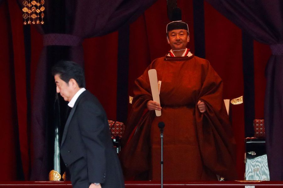Shinzo Abe passe devant l'empereur Naruhito