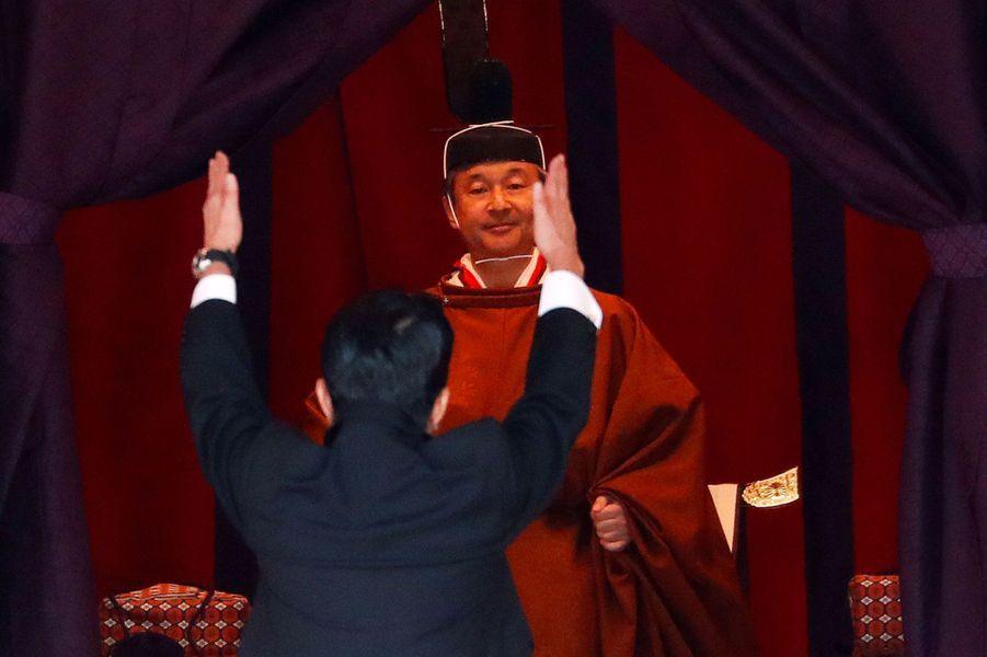 Shinzo Abe face à l'empereur Naruhito