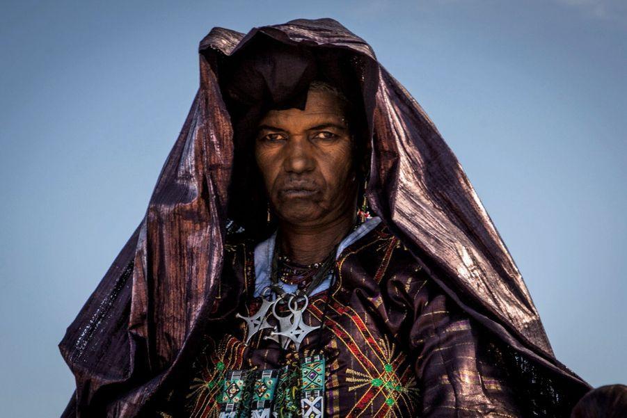 Femme touareg dans une tenue traditionnelle.
