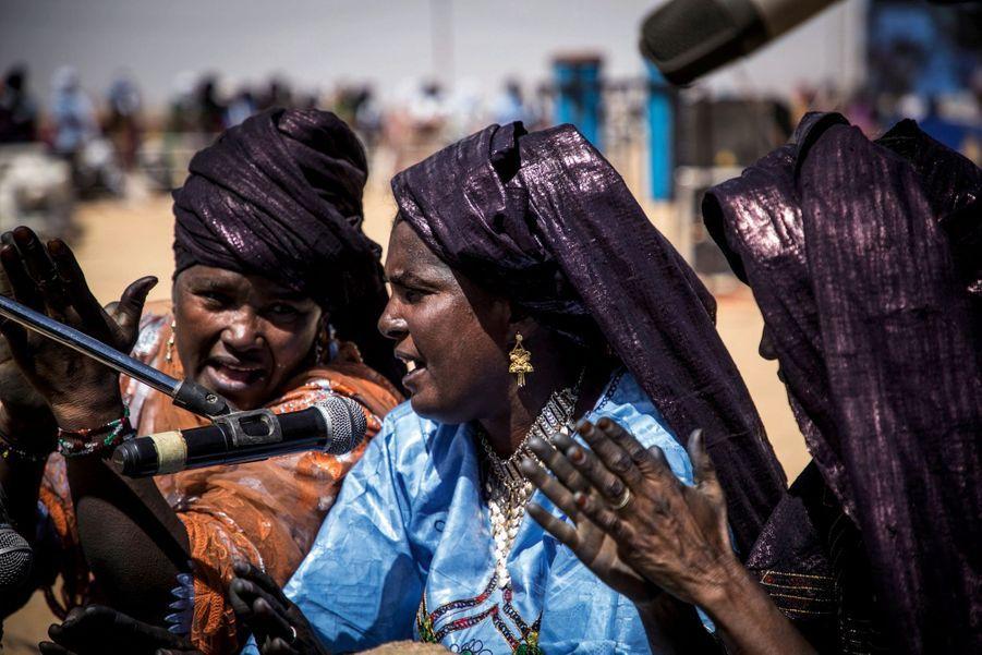 Joueuses de tendé, un instrument traditionnel de musique touareg utilisé uniquement par les femmes.