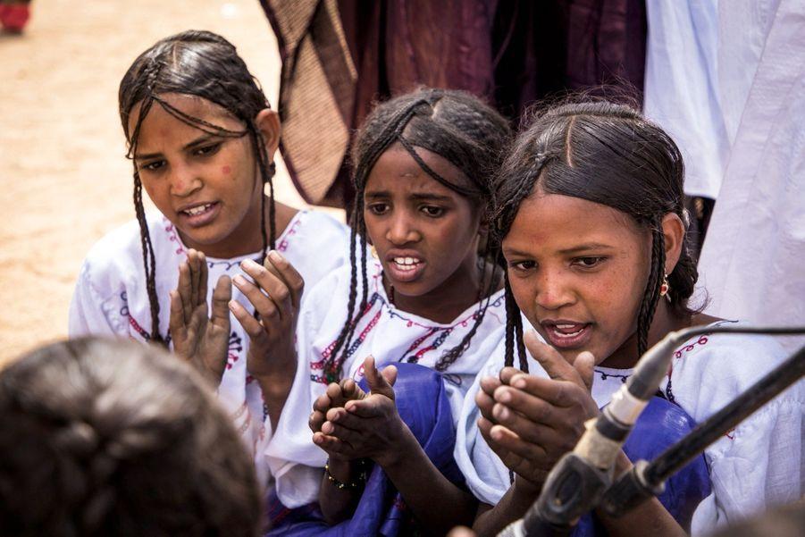 Jeunes filles touareg accompagnant le tendé en chantant.