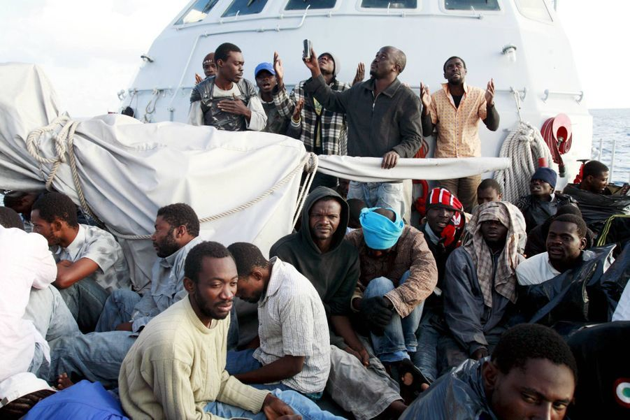 "Obi Chucks Kingsley en 2009 à bord du ""Bovienzo"", la vedette de la Guardia di Finanza avant son retour en Libye."