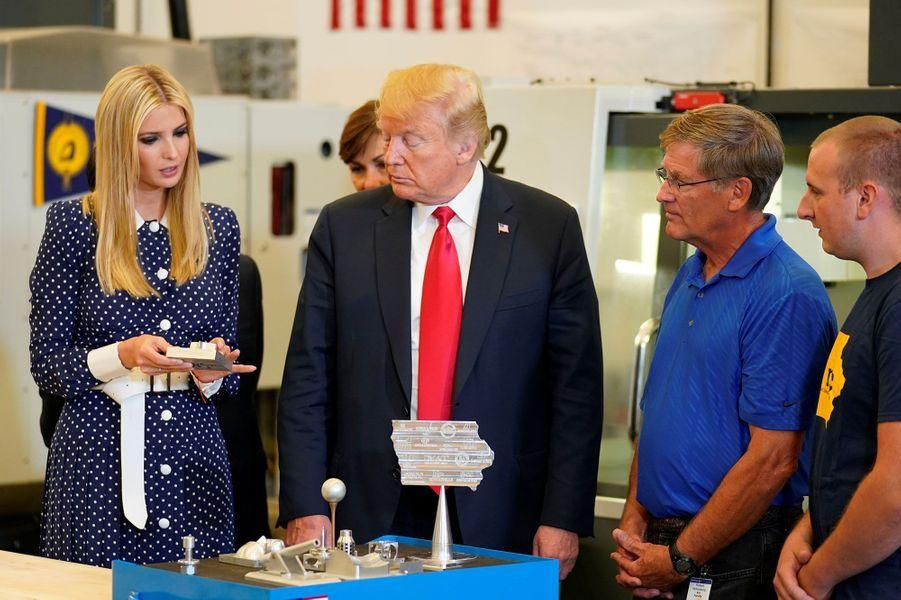 Ivanka et Donald Trump dans un laboratoire duNortheast Iowa Community College, jeudi