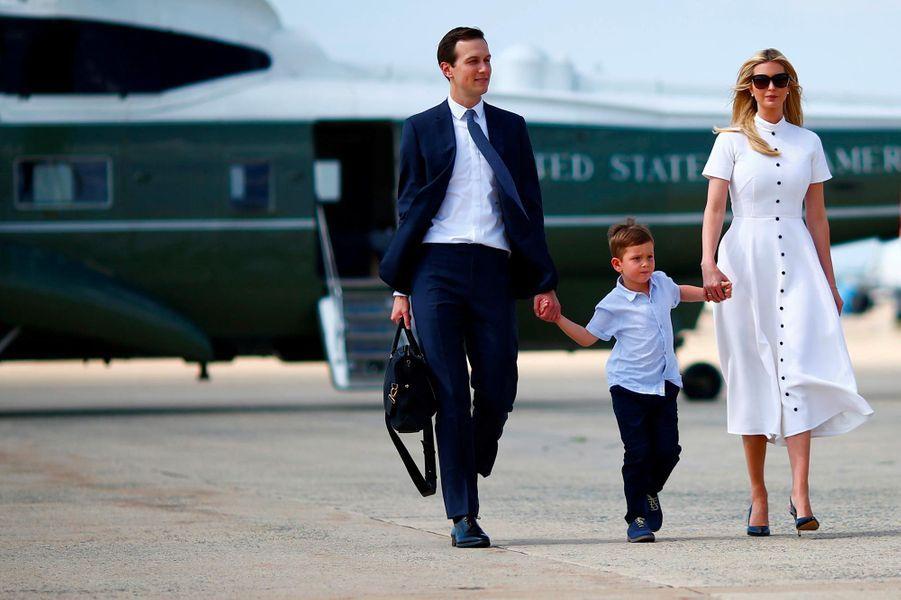 Jared Kushner, Ivanka Trump et leur fils Josephsur la base aérienne Andrews, le 29 juin 2018.