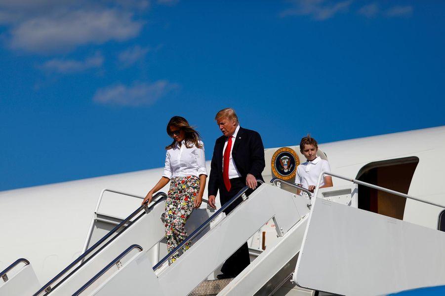 Donald, Melania et Barron Trump descendant d'Air Force One, le 29 juin 2018.