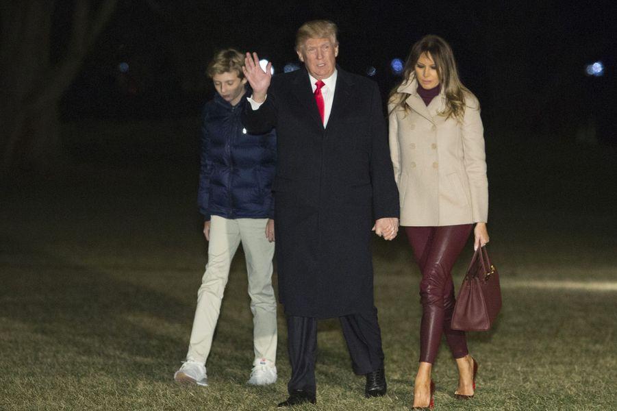 Barron, Melania et Donald Trump revenant à la Maison-Blanche, le 1er janvier 2018.