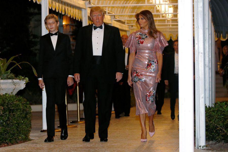 Barron, Donald et Melania Trump à Mar-a-Lago, le 31 décembre 2017.
