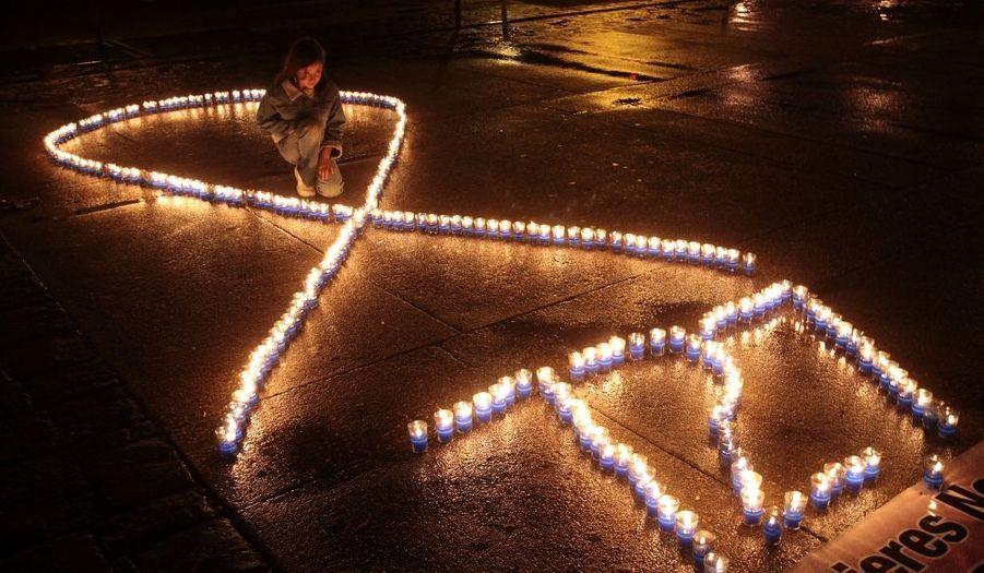 A l'occasion de la journée internationale de lutte contre les violences faites aux femmes, cette fillette guatémaltèque pose à côté de ces bougies et de ce chiffre : 727, qui correspond au nombre de femmes tuées dans le pays cette année.