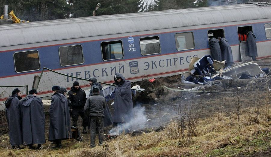 Le déraillement du train express Moscou-Saint Petersbourg vendredi soir est la conséquence d'un attentat à la bombe, a confirmé samedi le service de sécurité russe, le FSB. Des débris de bombes auraient été trouvés autourdee la carcasse du Nevski Express. Trente-neuf personnes ont trouvé la mort en Russie au cours du déraillement d'un train de passagers vendredi soir selon le dernier décompte de l'agence Interfax.