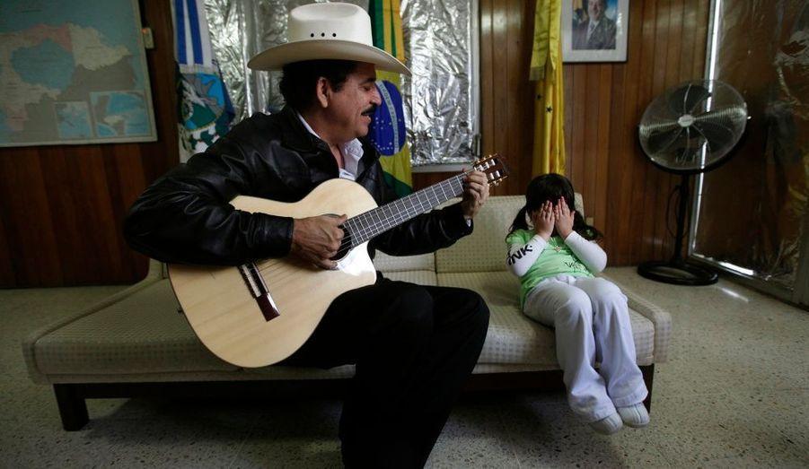 Le président du Honduras Manuel Zelaya (ici avec sa petite-fille), renversé par un pustch l'été dernier et retranché depuis à l'ambassade du Brésil de Tegucigualpa, pourrait retrouvé son fauteuil dès cette semaine après un accord avec le gouvernement putschiste, et en fonction de la décision des députés. En cas de retour au pouvoir de Zelaya, des élections présidentielles devraient être organisées à la fin du mois de novembre.