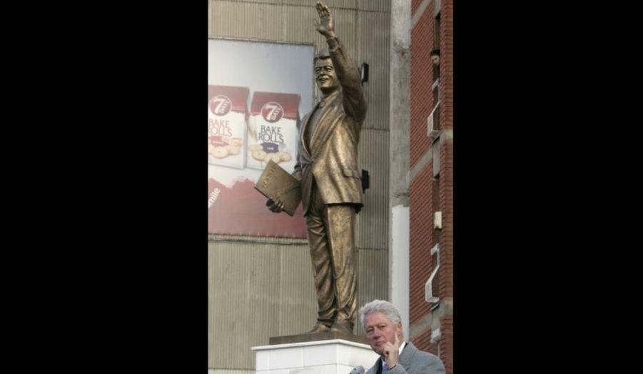 """Bill Clinton a participé samedi à Pristina à l'inauguration de sa propre statue, érigée par les Kosovars albanophones. L'ancien président américain a reçu cet hommage pour avoir ordonné, en 1999, les bombardements aériens de l'Otan qui ont mis un terme à l'épuration ethnique menée par les Serbes. """"Je suis profondément reconnaissant d'avoir eu le privilège de jouer un rôle pour mettre fin aux horreurs qui vous étaient faites il y a dix ans, en vous donnant la chance de bâtir un avenir meilleur pour vous-mêmes"""" a déclaré Bill Clinton, invitant les Kosovars à bâtir une société multi-ethnique avec la minorité serbe."""