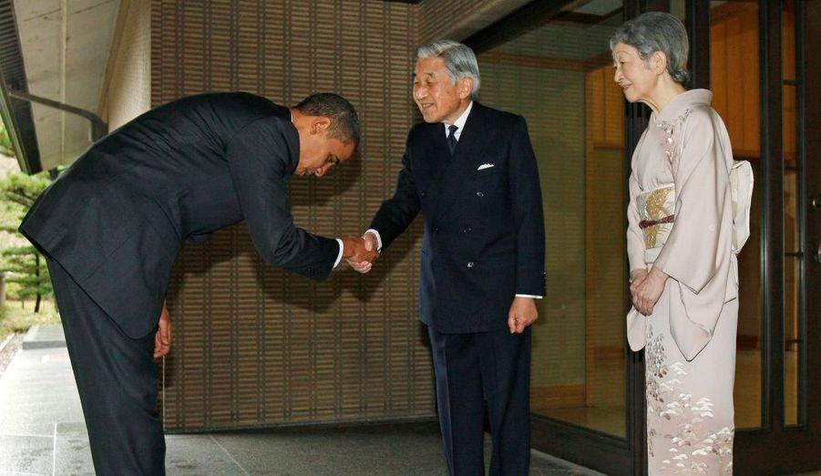 Barack Obama, le Président des Etats-Unis et l'homme le plus puissant du monde selon Forbes, s'incline devant l'Empereur du Japon, Akihito, lors de son arrivée au palais impérial, à Tokyo.