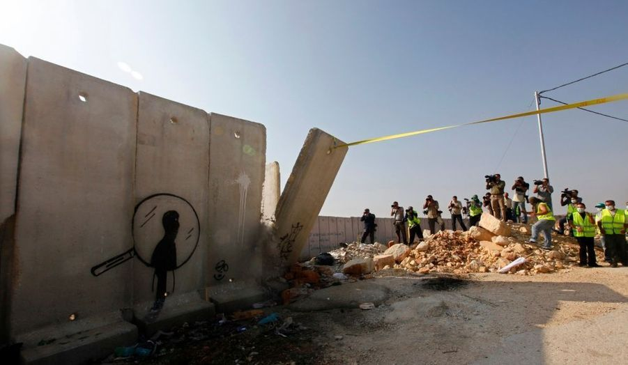 Profitant de l'anniversaire de la chute du Mur de Berlin, des Palestiniens ont ouvert une brèche lundi dans le mur construit par Israël sur la frontière avec la Cisjordanie, et ce pour la deuxième fois en une semaine. A l'aide d'un camion, ils ont fait tomber un des panneaux de la barrière de sécurité, haute de six mètres, près d'un point de contrôle israélien à Kalandia.