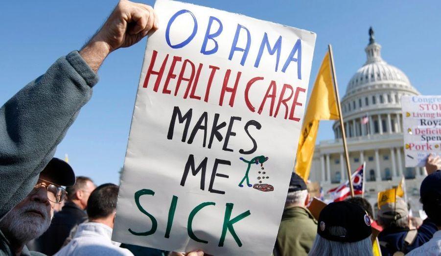 Si Barack Obama semble le président américain le plus à même de réformer le système de santé américain, la contestation reste très forte aux Etats-Unis. Jeudi, les opposants s'étaient donnés rendez-vous devant le capitole pour protester, armés de pancartes et de slogans chocs.