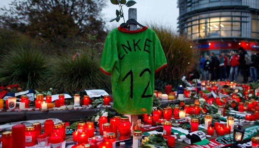 L'Allemagne est sous le choc et rend hommage au gardien de but numéro deux de la sélection nationale, Robert Henke, qui s'est suicidé en se jetant sous un train mardi 10 novembre dans la région de Hanovre.