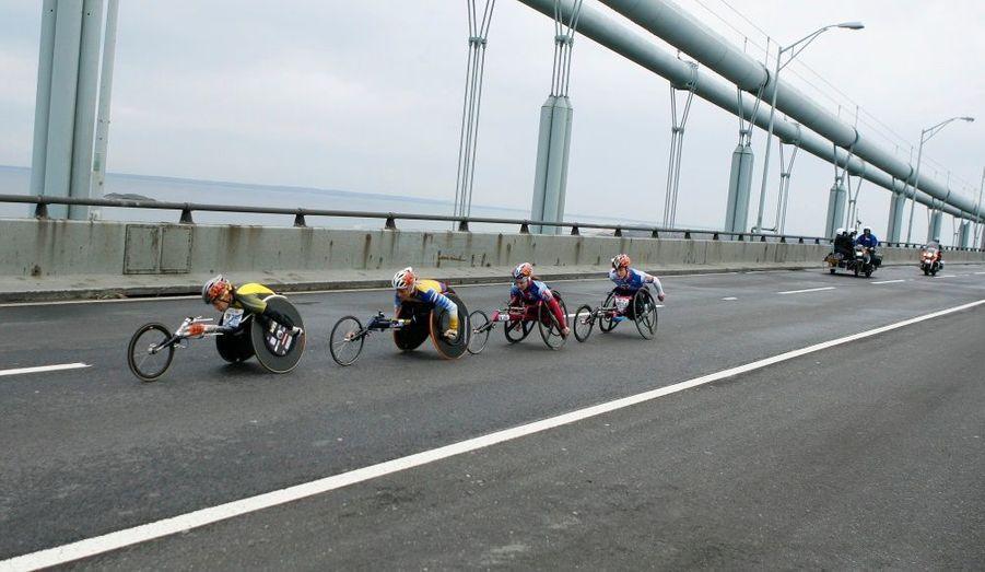 Des coureurs handisports filent à toute allure sur le pont de Verrazano Narrows après le départ du Marathon de New York.