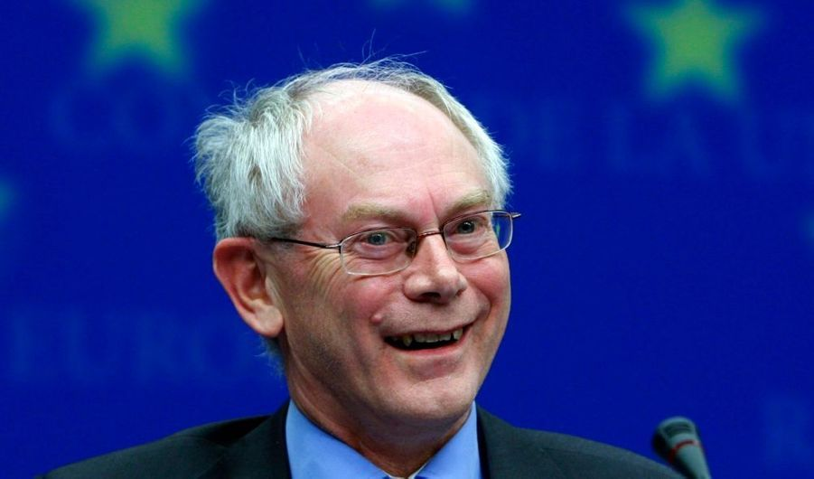 Le Premier ministre belge, Herman Von Rompuy, a été choisi jeudi par les dirigeants de l'UE pour devenir le premier président fixe du conseil européen, ont indiqué plusieurs diplomates européens, repris par l'agence Reuters. La commissaire européenne au Commerce, Catherine Ashton, a par ailleurs été désignée pour le poste de haut représentant pour les Affaires étrangères de l'UE.Ils formeront un trio à la tête de l'UE avec le Portugais José Manuel Barroso, qui a été reconduit en septembre pour cinq ans à la tête de la Commission européenne.