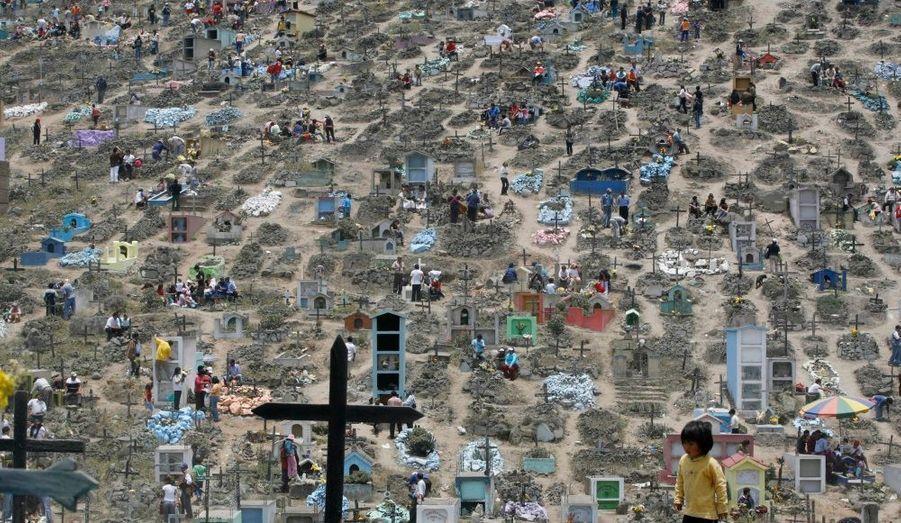 Au Pérou comme dans le monde entier, des milliers de personnes vont dans les cimetières lors de la Toussaint. Ici une vue du cimètirère de Nueva Esperanza, à Lima, lors du jour des morts.