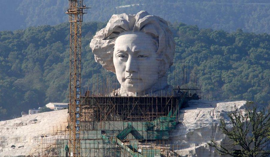 Une statue de Mao Zedong jeune, fondateur et dirigeant de la République populaire de Chine a été construit à Changsha, dans la province de Hunan en Chine.