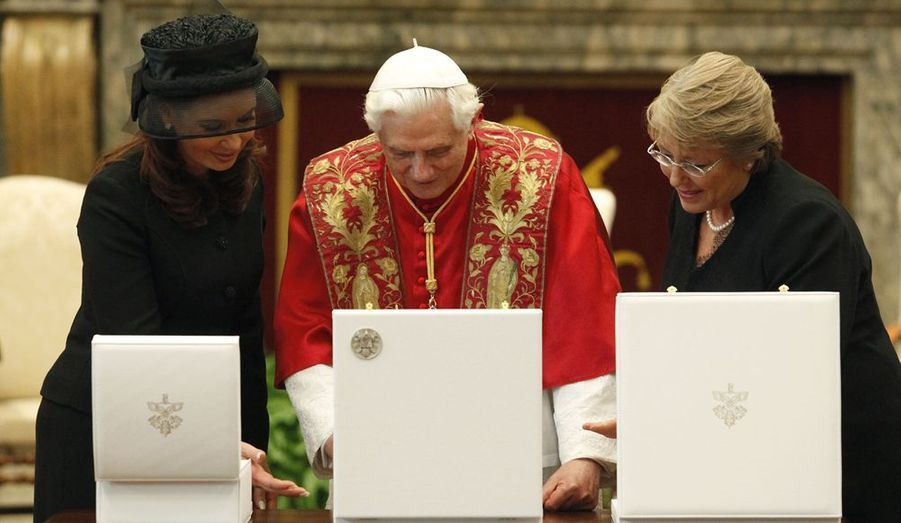 Échange des cadeaux entre la présidente du Chili, Michelle Bachelet (à dr.), son homologue argentine Cristina Kirchner et le pape Benoit XVI, lors de leur rencontre officielle ce samedi au Vatican.