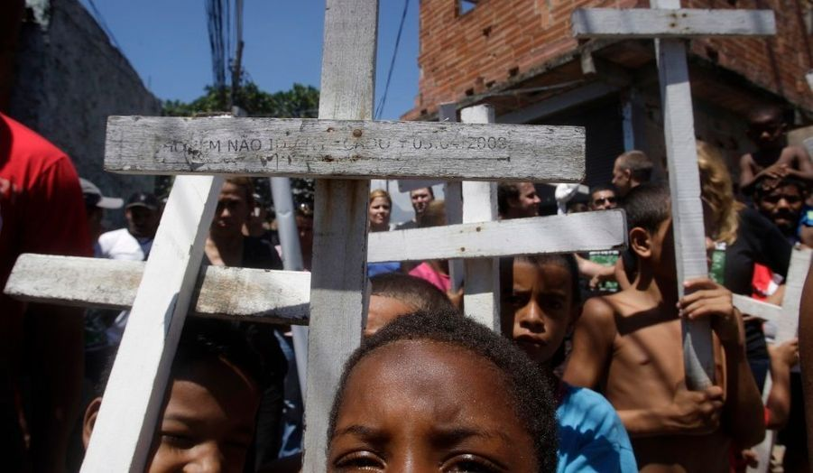 Des enfants du bidonville Mandela à Rio de Janeiro défilent pour protester contre les violences qui ont causé la mort d'un jeune étudiant la semaine dernière, coincé entre les tirs de la police et ceux des trafiquants de drogues.