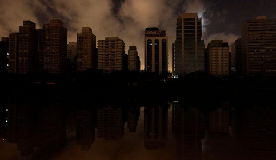 Près du quart du territoire brésilien était plongé dans le noir mardi soir, après une coupure d'électricité géante suite à un problème sur le barrage hydro-électrique d'Itaipu, le plus grand du pays, situé à la frontière avec le Paraguay. Ici, une image de Sao Paulo. Au total, près de 50 millions d'habitants ont subit la panne, dont les habitants de Rio de Janeiro