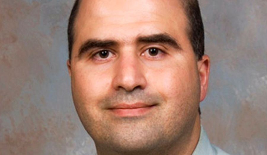 """Nidal Hasan, le psychiatre militaire accusé d'avoir tué treize personnes dans la base militaire de Fort Hood, le 5 novembre au Texas, est paralysé à vie, rapporte le Washington Post. Selon son avocat, John Galligan, Hasan peut tenir des discours cohérents, mais """"sa capacité à soutenir un échange intelligible est limitée dans le temps"""". Alors que l'avocat tentait de lui parler, il """"s'est endormi"""", a-t-il ajouté. En soins intensifs, Nidal Hasan sera confiné jusqu'à son procès, dont la date n'a pas encore été décidée."""