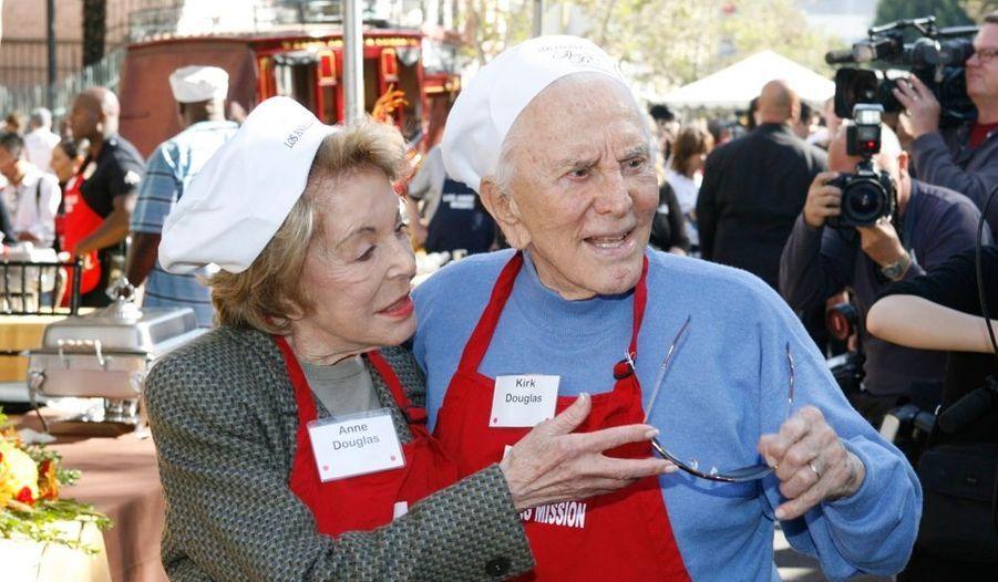 A l'occasion de la fête nationale de Thanksgiving, Kirk Douglas -le père de Michael- et son épouse ont rejoint l'équipe de volontaires de Los Angeles Mission qui offre un repas aux sans-abris.