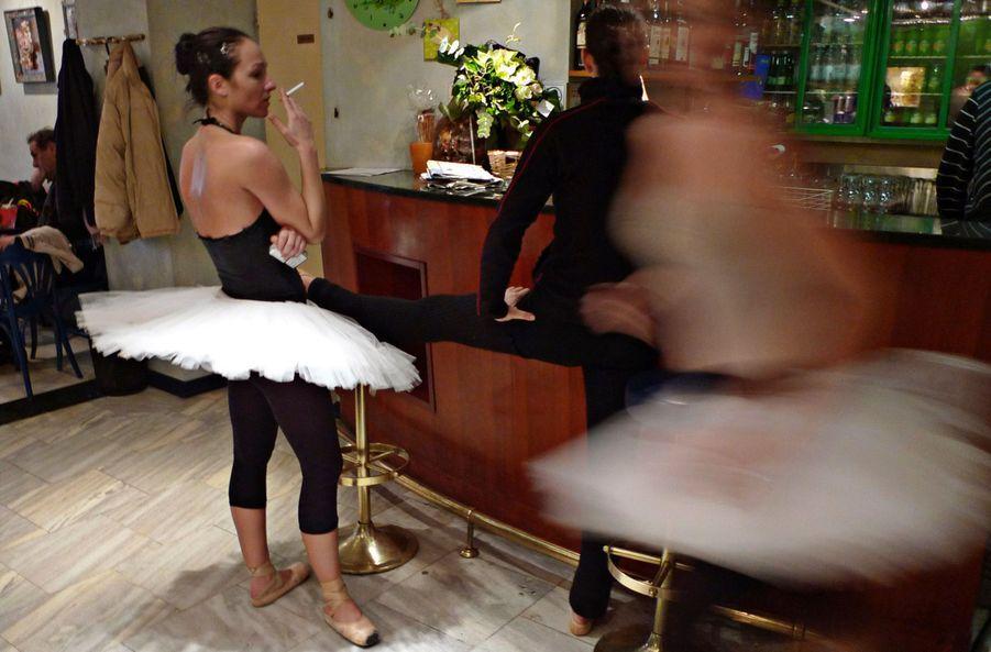 Une danseuse de ballet fume dans le café d'un théâtre de Zagreb, pendant une pause entre deux répétitions d'un ballet. Les autorités croates ont imposé une interdiction de fumer dans les lieux publics en mai dernier, avant de devoir rapidement la supprimer sous la pression du peuple.