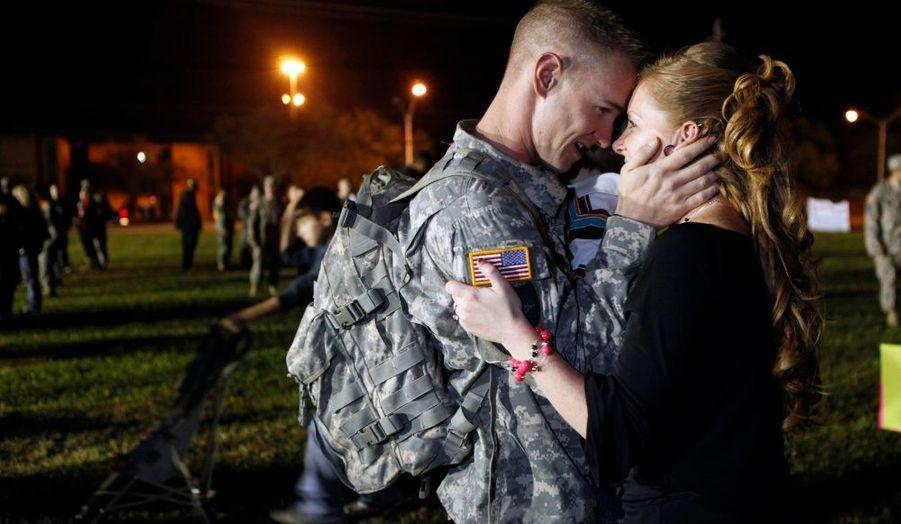 Moins d'une semaine après la tuerie dans la base militaire de Fort Hood, une unité, en poste depuis douze mois en Irak, était de retour sur cette même base. Ici, un soldat qui tombe dans les bras de sa femme venue le retrouver.