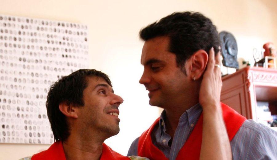 """Un tribunal de Buenos Aires a autorisé vendredi un couple homosexuel à se marier, une première en Amérique latine, la plus grande région catholique au monde. La juge argentine a considéré que """"la loi doit traiter tout le monde avec le même respect selon leurs singularités"""", et a déclaré inconstitutionnels deux articles du code civil dont l'un (172) mentionne le consentement nécessaire entre """"un homme"""" et """"une femme"""". """"Nous sommes très contents, émus, mais nous sentons aussi le poids d'une très grande responsabilité parce que ce n'est pas seulement nous qui sommes concernés, c'est un encouragement à l'égalité juridique en Argentine et dans le reste de l'Amérique latine"""", a commenté José Maria Di Bello, 41 ans, qui avait porté plainte en avril avec son compagnon Alejandro Freyre, 39 ans."""