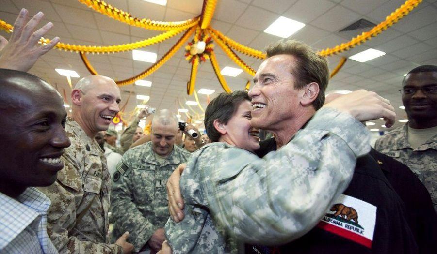 Le gouverneur de Californie, Arnold Schwarzenegger a rendu visite aux troupes américaines stationnées à Bagdad, en Irak. Sous les acclamations, il les a remercié de leur engagement sur le terrain.