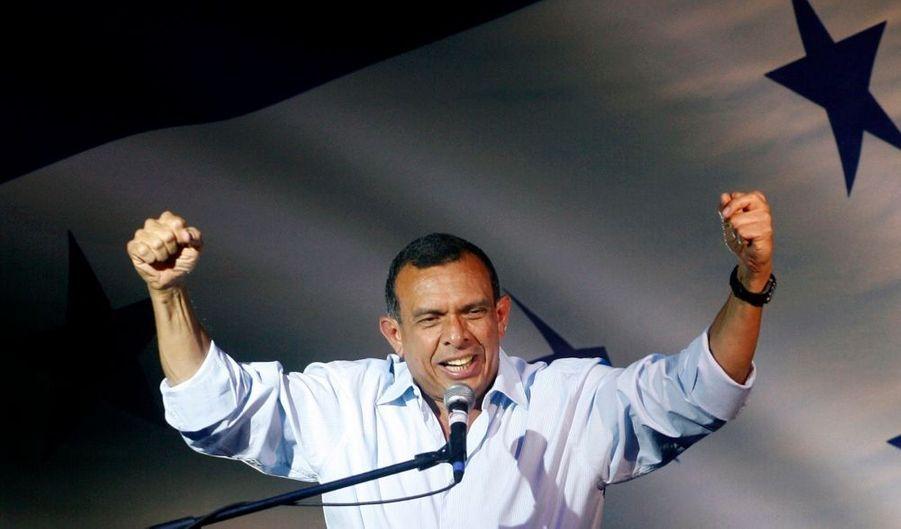 Le conservateur Porfirio Lobo, qui était dimanche soir nettement en tête de l'élection présidentielle au Honduras, a revendiqué la victoire. Le scrutin, dont la reconnaissance internationale est incertaine, a été organisé cinq mois après le coup d'Etat qui a chassé le président de gauche Manuel Zelaya. Les Etats-Unis semblent prêts à reconnaître le résultat, tandis que le Brésil, l'Argentine ou le Venezuela jugent le scrutin invalide. Ni Manuel Zelaya, ni son successeur provisoire, Roberto Micheletti n'étaient candidats.