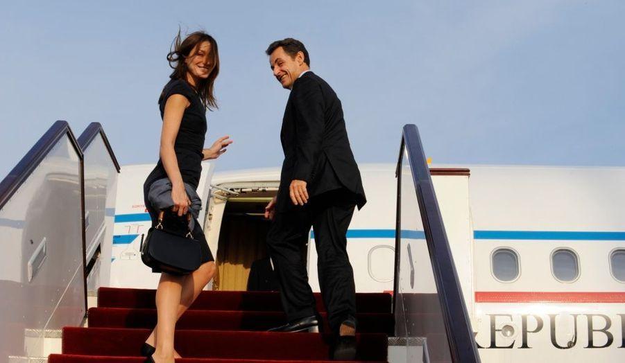 """Carla Bruni-Sarkozy est arrivée mardi soir à Doha pour participer à un """"sommet mondial pour l'innovation en matière d'éducation"""" dans le but de promouvoir l'ouverture de divisions annexes de grandes écoles et d'universités françaises dans ce petit émirat francophile. Nicolas Sarkozy s'est pour sa part brièvement entretenu avec l'émir, cheikh Hamad Ben Khalifa Al Thani. Le couple présidentiel français est ensuite reparti pour Paris, afin d'assister au match France-Irlande, qualificatif pour la coupe du monde de football."""