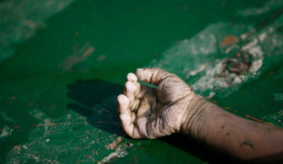 Le bilan du naufrage d'un ferry au Bangladesh vendredi dernier s'élève à 49 morts et plusieurs dizaines de disparus, a annoncé dimanche la police du pays. Le Coco-4, à bord duquel se trouvaient environ 1500 personnes, était surchargé. La plupart des naufragés a pu regagner la rive à la nage, mais les victimes sont restées à l'intérieur du navire. L'accident s'est produit à environ 300 km de Dacca, la capitale.