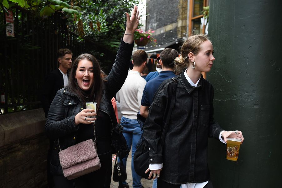 La réouverture des pubs anglais, après plus de trois mois de confinement, a entraîné des débordements et des situations loufoques. De nombreuses photos de Britanniques, joyeusement alcoolisés et peu soucieux des consignes sanitaires, ont inondé réseaux sociaux et journaux.