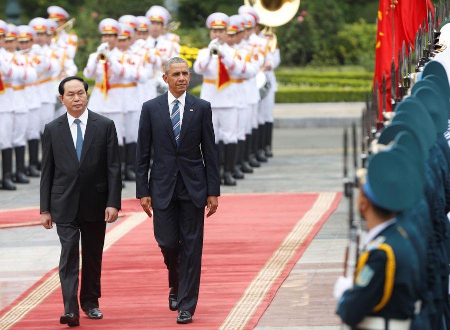 Barack Obama, et son homologue vietnamien, Tran Dai Quang, effectuent la revue de la garde d'honneur au cours d'une cérémonie de bienvenue au...