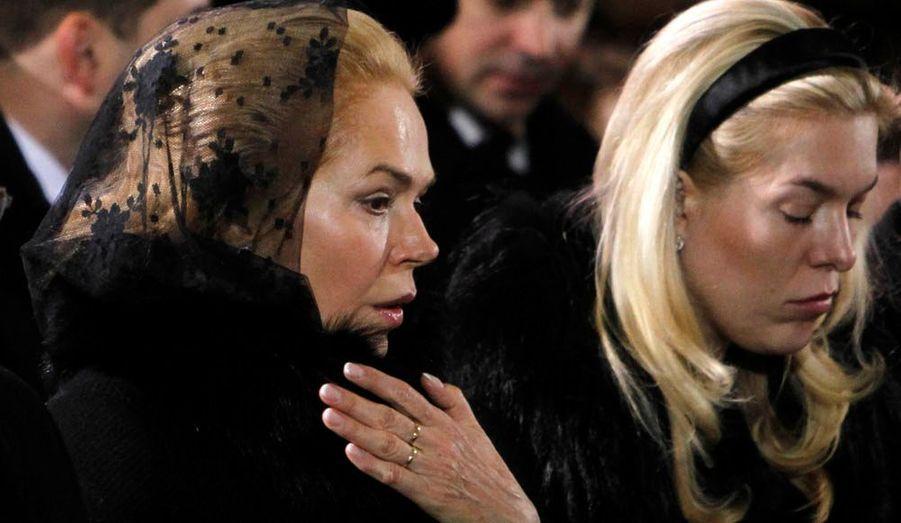 """Les funérailles d'Etat de l'ex-président tchèque et héros de la """"Révolution de velours"""" de 1989, Vaclav Havel, ont débuté ce vendredi à midi en la cathédrale Saint-Guy au Château de Prague. Au même moment, une minute de silence a été observée à travers tout le pays et vingt-et-un coups de canon ont été tirés. Au moins un millier d'invités était attendu, dont le président français Nicolas Sarkozy, la secrétaire d'Etat américaine Hillary Clinton, ou encore le Premier ministre britannique David Cameron. Plus tard dans l'après-midi, le corps de l'ancien dissident anticommuniste sera incinéré en présence de sa famille. Vaclav Havel s'est éteint dans son sommeil dimanche à l'âge de 75 ans, dans sa maison de campagne à Hradecek. Son cercueil a été exposé au public toute la journée de jeudi, dans la salle Vladislas du Château de Prague, le siège officiel de la présidence de la République. Voici les obsèques en images. Ici, sa veuve Dagmar Havlová et sa fille Nina."""