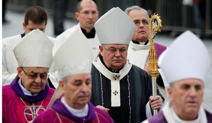 La messe de requiem est célébrée par Mgr Dominik Duka et l'évêque auxiliaire de Prague, Vaclav Maly, qui furent tous deux prisonniers politiques sous l'ancien régime communiste.