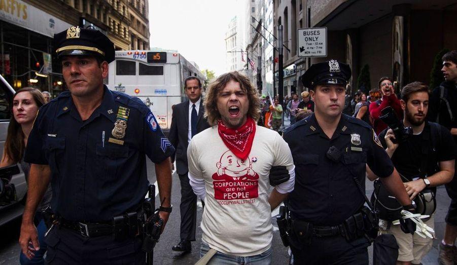 """Cela fait un an ce lundi que les protestations ont débuté à New York, dans le quartier de Wall Street. A l'occasion de cet anniversaire, des """"99%"""" se sont retrouvés à cet endroit, un temps transformé en capitale mondiale des Indignés. La police n'était pas de cet avis et a procédé à plusieurs arrestations de manifestants en colère. Retour en images sur cette journée anniversaire."""