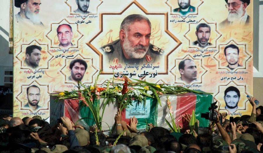 Des Gardiens de la révolution portent le cercueil du Général Nourali Shoushtari, décédé dimanche lors d'un attentat qui a fait 42 victimes. Les funérailles se sont déroulés ce mardi à Téhéran.
